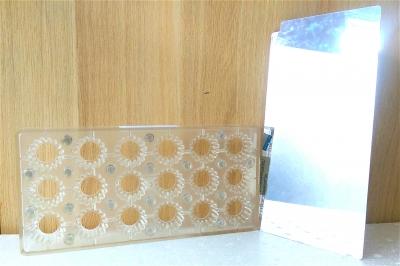 Khuôn chocolate hình hoa trong ép/in hoa văn bề mặt chocolate